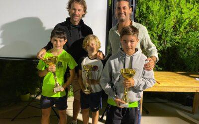Nuestros finalistas del primer memorial de Lucas Morano. Enhorabuena a los padres, Jordi – Ivana, por la iniciativa, a todos los participantes, y a nuestros finalistas Álex Contreras y Max Ribas, junto a los tenistas Carlos Moyá y a Jordi Morano.